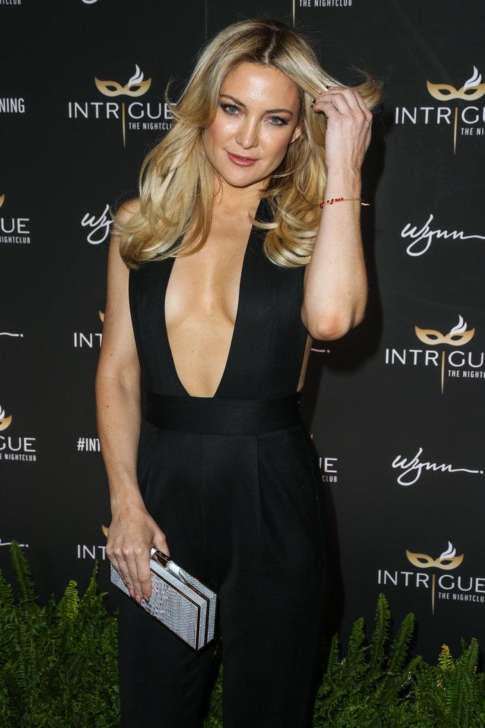 Η προκλητική εμφάνιση της Χάντσον: Κάλυψε το στήθος της με δύο τιράντες - εικόνα 2