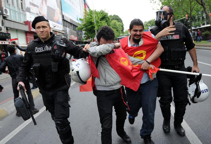 Ταραχές με νεκρό στην Ταξίμ για την απαγορευμένη...Πρωτομαγιά - εικόνα 2