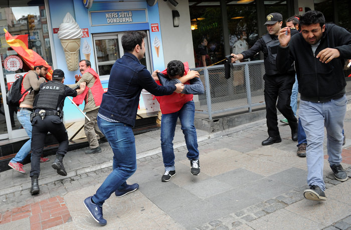 Ταραχές με νεκρό στην Ταξίμ για την απαγορευμένη...Πρωτομαγιά - εικόνα 3