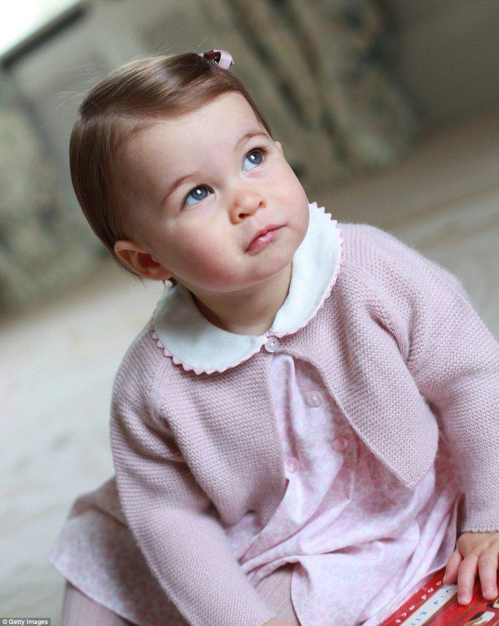 Oι νέες φωτογραφίες της Σάρλοτ που γίνεται ενός έτους