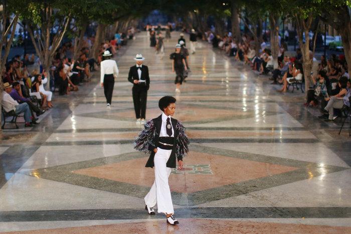 Η Ζιζέλ στα catwalk της Αβάνας. Iστορική επίδειξη της Chanel - εικόνα 2