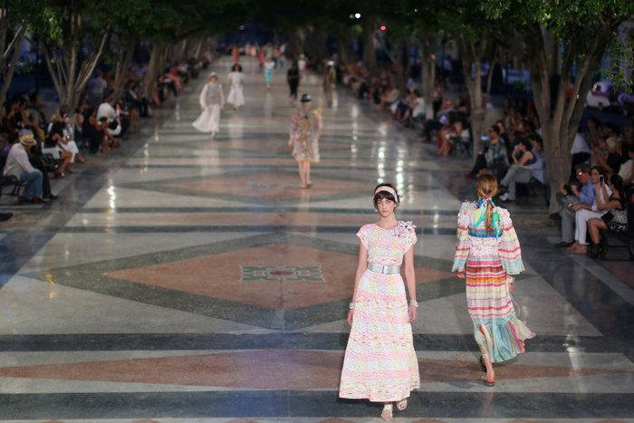 Η Ζιζέλ στα catwalk της Αβάνας. Iστορική επίδειξη της Chanel - εικόνα 4