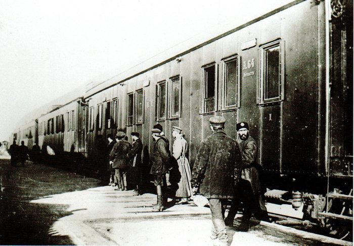Επιβάτες σε πλαφόρμα, 1915