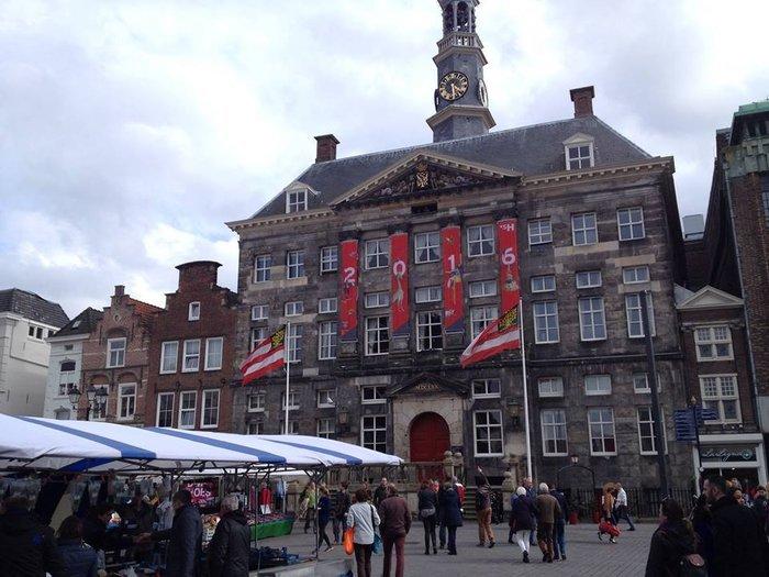 Η κεντρική πλατεία και η υπαίθρια σαββατιάτικη αγορά