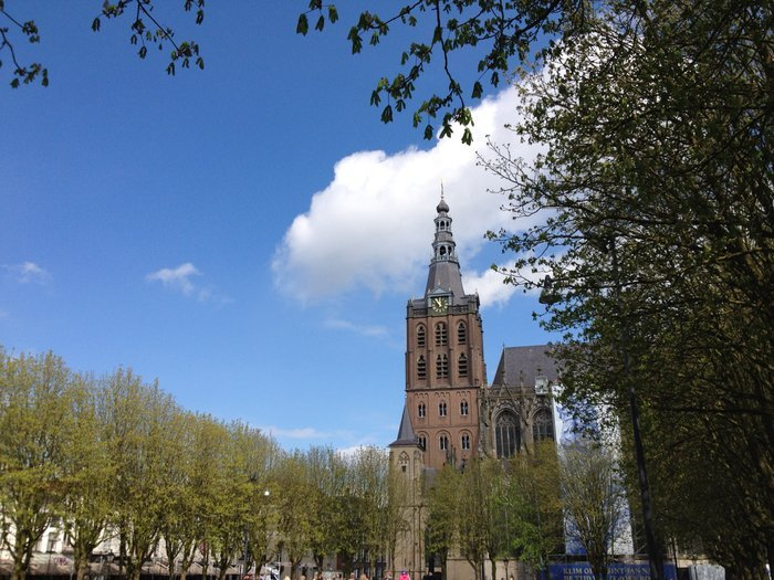 Η κεντρική πλατεία και ο καθεδρικός ναός του Αγίου Ιωάννη. Εδώ έγινε η εξόδιος ακολουθία του Ιερώνυμου Μπος, τον Αύγουστο του 1519
