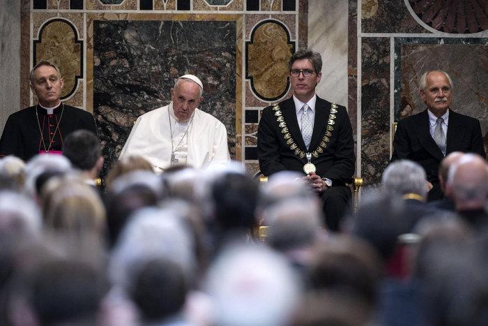 Με το βραβείο του Καρλομάγνου τίμησε η Ευρώπη τον Πάπα