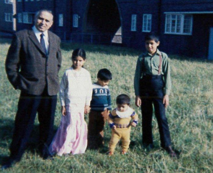 Με τα αδέρφια του και τον πατέρα τους
