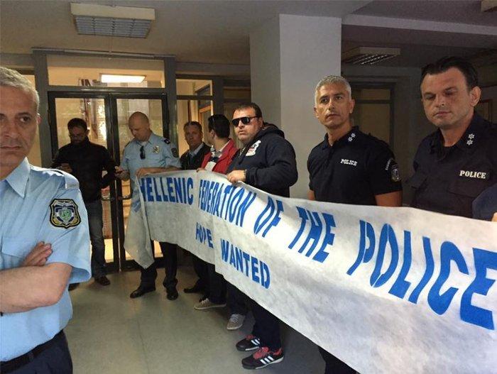 Αστυνομικοί έκαναν κατάληψη στα γραφεία του ΣΥΡΙΖΑ στην Κουμουνδούρου video - εικόνα 2