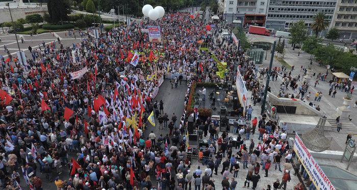 Τεράστιο συλλαλητήριο αυτή την ώρα έξω από τη Βουλή - εικόνα 2