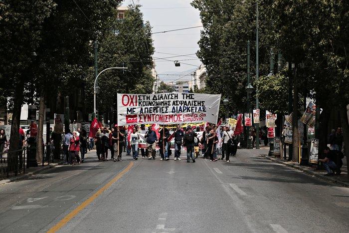 Τεράστιο συλλαλητήριο αυτή την ώρα έξω από τη Βουλή - εικόνα 16