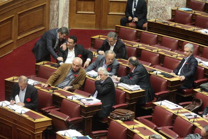 Πλημμύρισαν κόκκινα γαρίφαλα τα έδρανα του ΚΚΕ στη Βουλή. - εικόνα 2