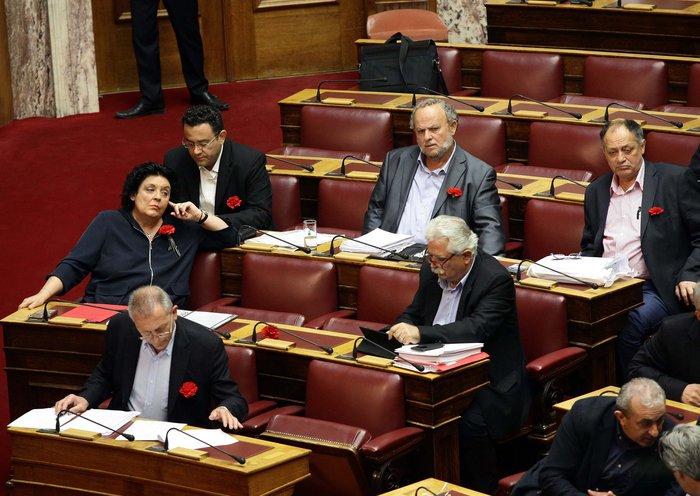 Πλημμύρισαν κόκκινα γαρίφαλα τα έδρανα του ΚΚΕ στη Βουλή.