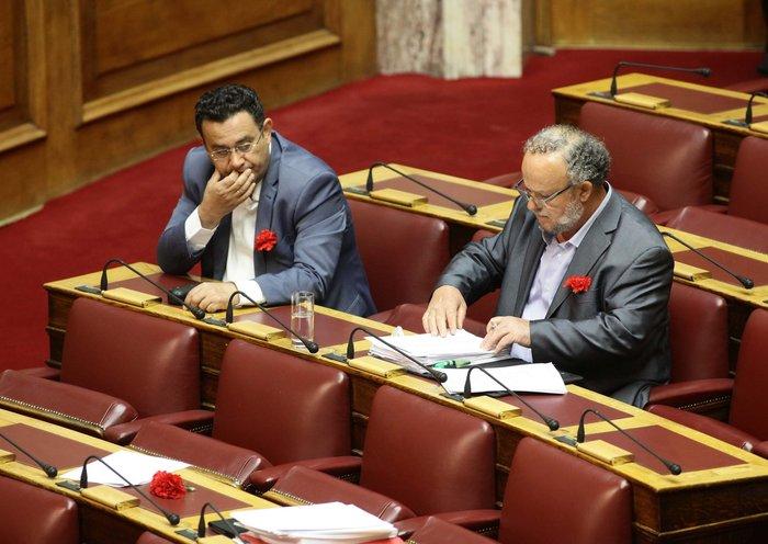 Πλημμύρισαν κόκκινα γαρίφαλα τα έδρανα του ΚΚΕ στη Βουλή. - εικόνα 3