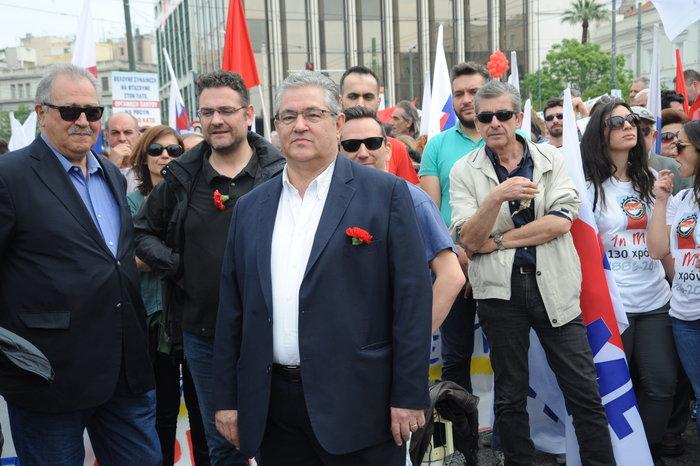 Πλημμύρισαν κόκκινα γαρίφαλα τα έδρανα του ΚΚΕ στη Βουλή. - εικόνα 4