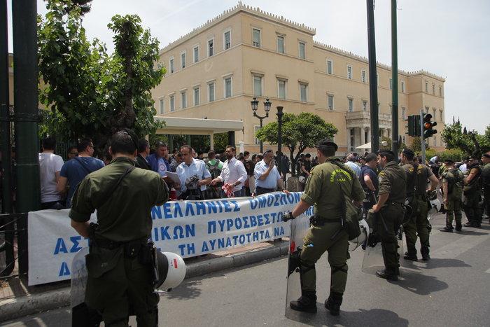 Τα ΜΑΤ απέκλεισαν τους αστυνομικούς έξω από τη Βουλή
