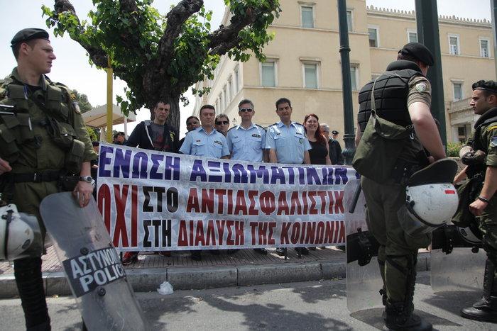 Τα ΜΑΤ απέκλεισαν τους αστυνομικούς έξω από τη Βουλή - εικόνα 3