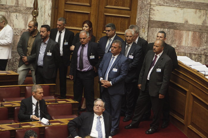 Θερμό επεισόδιο στη Βουλή με χρυσαυγίτες - εικόνα 2