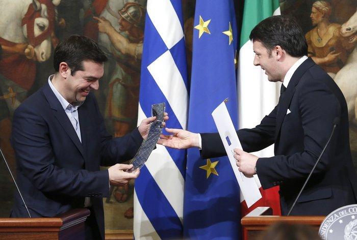Ο Αλέξης Τσίπρας με τη γραβάτα που του δώρισε ο ιταλός πρωθυπουργός Ματέο Ρέντσι