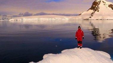 taksidi-sti-sagini-tis-antarktikis-apo-psila---video-me-xrisi-drone-