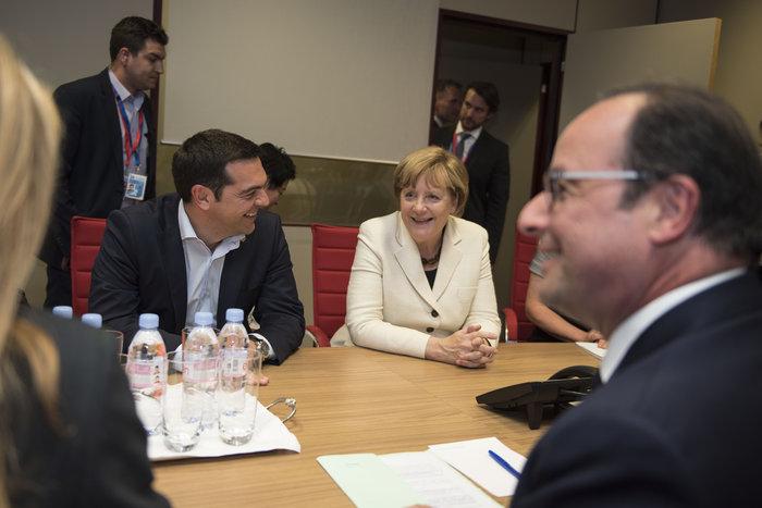 Ο Αλέξης Τσίπρας με τον Φρανσουά Ολάντ και τη γερμανίδα καγκελάριο