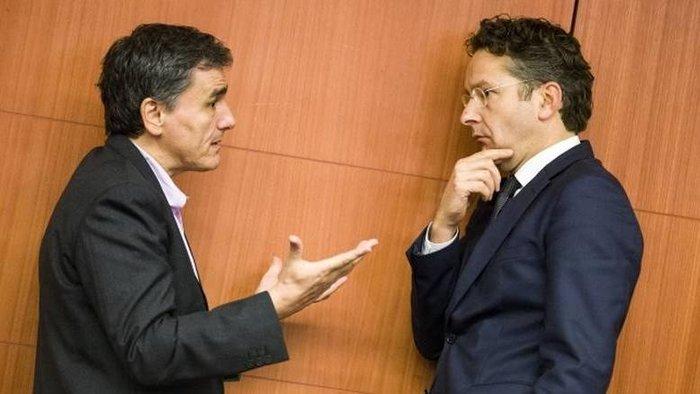 O Ευκλείδης Τσακαλώτος συζητά με τον Γερούν Ντάισελμπλουμ στο περιθώριο συνεδρίασης του Eurogroup