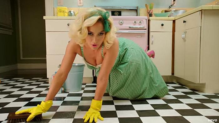 J Lo: Αγνώριστη στο νέο της κλιπ ως ...καλή νοικοκυρά στηρίζει Χ. Κλίντον