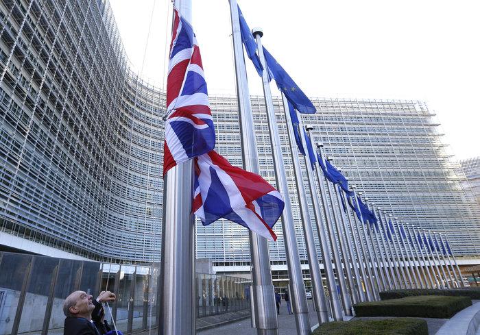 Η σημαία της Μ. Βρετανίας έξω από το κτίριο της Κομισιόν στις Βρυξέλλες