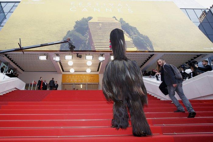 Ενας γιγαντιαίος γορίλας, «ατραξιόν» της ταινίας «Toni Erdmann» που προβάλλεται εντός συναγωνισμού στις Κάννες