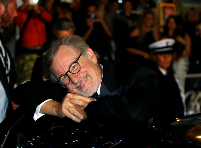 Ο κορυφαίος σκηνοθέτης Στήβεν Σπίλμπεργκ ποζάρει στο αυτοκίνητό του σε ένα ασυνήθιστα γλυκό στιγμιότυπο αμέσως μετά την προβολή της ταινίας του «The BFG» που προβάλλεται εκτός συναγωνισμού στις Κάννες.