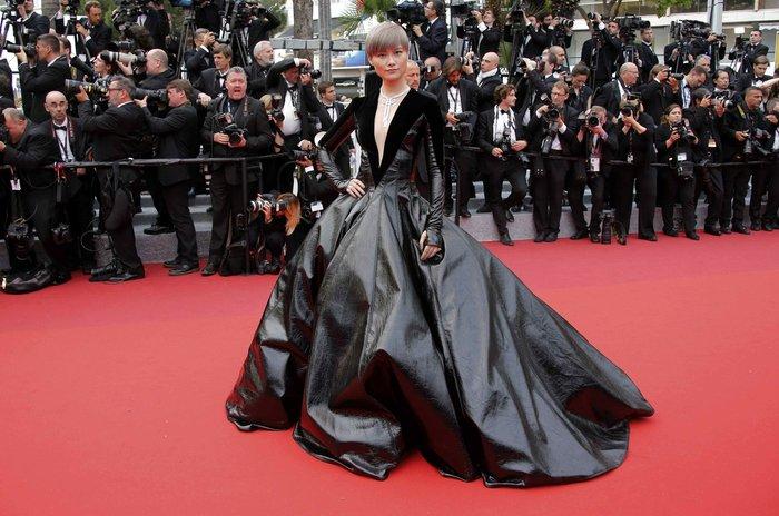 Κάννες: Η υπέροχη Μπλέικ Λάιβλι και οι ...ουρές του red carpet - εικόνα 7