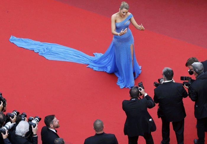 Κάννες: Η υπέροχη Μπλέικ Λάιβλι και οι ...ουρές του red carpet - εικόνα 8