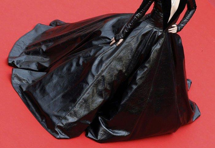 Κάννες: Η υπέροχη Μπλέικ Λάιβλι και οι ...ουρές του red carpet - εικόνα 9