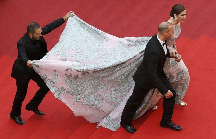 Κάννες: Η υπέροχη Μπλέικ Λάιβλι και οι ...ουρές του red carpet - εικόνα 10