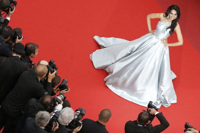 Κάννες: Η υπέροχη Μπλέικ Λάιβλι και οι ...ουρές του red carpet - εικόνα 11