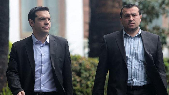 Αλέξης Τσίπρας και Νίκος Παππάς έξω από το Μέγαρο Μαξίμου