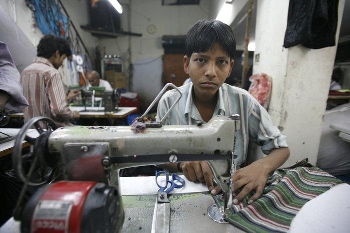 Τα προσφυγόπουλα ράβουν στα εργοστάσια της Τουρκίας