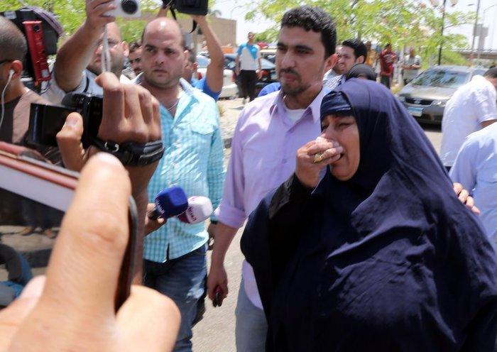 Οι συγγενείς των αγνοουμένων της πτήσης EgyptAir MS804 στο αεροδρόμιο του Καΐρου