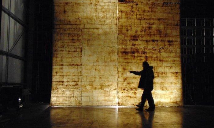 Μια εγκατάσταση τέχνης καθαρίζει... τα Ανάκτορα του Ουέστμινστερ