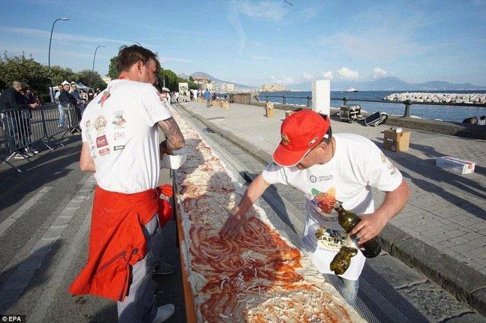 Στη Νάπολη έφτιαξαν τη μεγαλύτερη πίτσα του κόσμου - εικόνα 2
