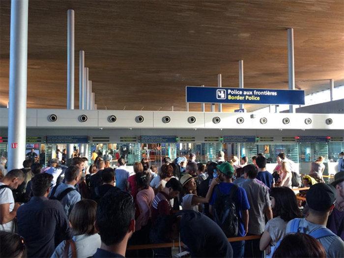 «Σαρώνουν» τη θάλασσα αλλά και το αεροδρόμιο στο Παρίσι - εικόνα 2
