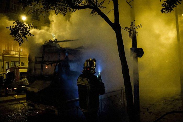 Κουκουλοφόροι πυρπόλησαν τρόλεϊ στην Πατησίων - εικόνα 2