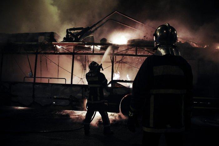 Κουκουλοφόροι πυρπόλησαν τρόλεϊ στην Πατησίων - εικόνα 3