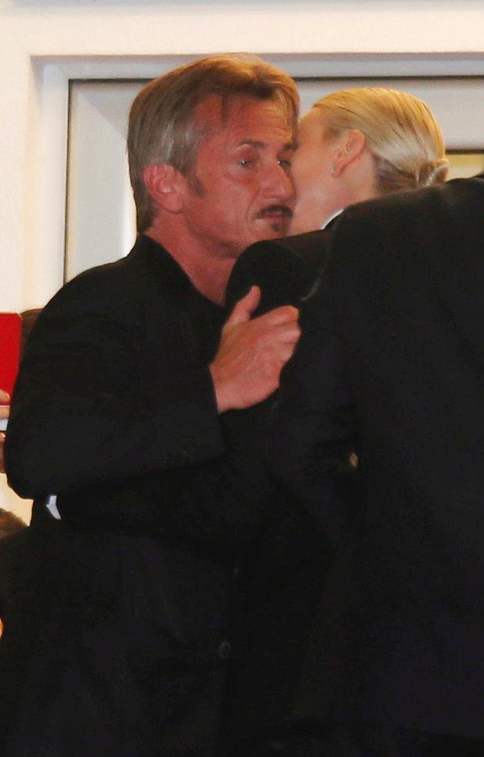 Η αψεγάδιαστη Σαρλίζ Θερόν και το αμήχανο φιλί με τον Σον Πεν στις Κάννες - εικόνα 4