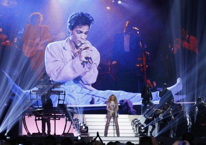 Η Μαντόνα τίμησε τον Prince:Nothing Compares 2 U - εικόνα 7
