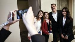 o-fwtogenis-tsipras-fwtografizetai-me-tis-upallilous-tou-erntogan--fwto-