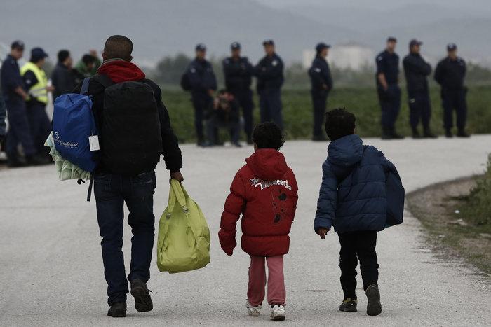 Καρέ καρέ η επιχείρηση στην «φαβέλα» της Ευρώπης - εικόνα 11