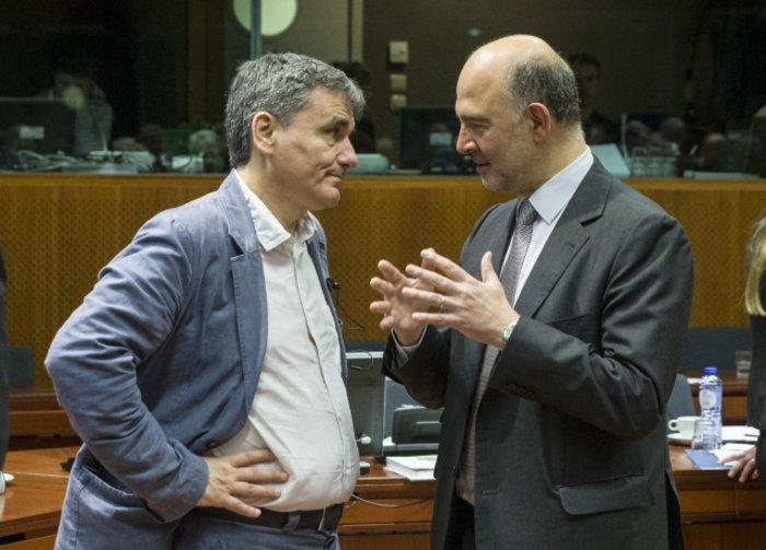 Ο Ευκλείδης Τσακαλώτος με τον ευρωπαίο Επίτροπο Πιερ Μοσκοβισί στο Eurogroup της Τρίτης