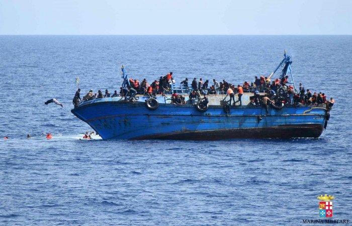 Συγκλονιστικό: Η στιγμή της ανατροπής σκάφους με 550 μετανάστες