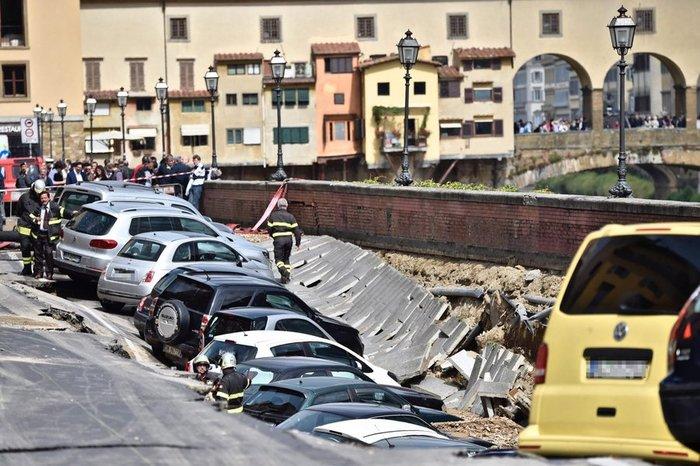Ανοιξε η γη και κατάπιε δεκάδες αυτοκίνητα στη Φλωρεντία - εικόνα 2