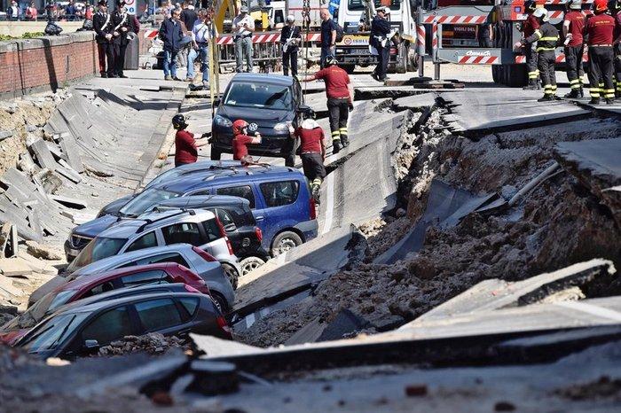 Ανοιξε η γη και κατάπιε δεκάδες αυτοκίνητα στη Φλωρεντία - εικόνα 3